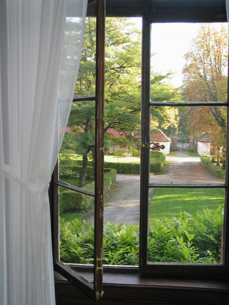 Blick vom Ahnensaal in den Park